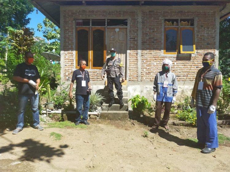 Bhabinkamtibmas Desa Ribang Semprot Desinfektan di Rumah Warga