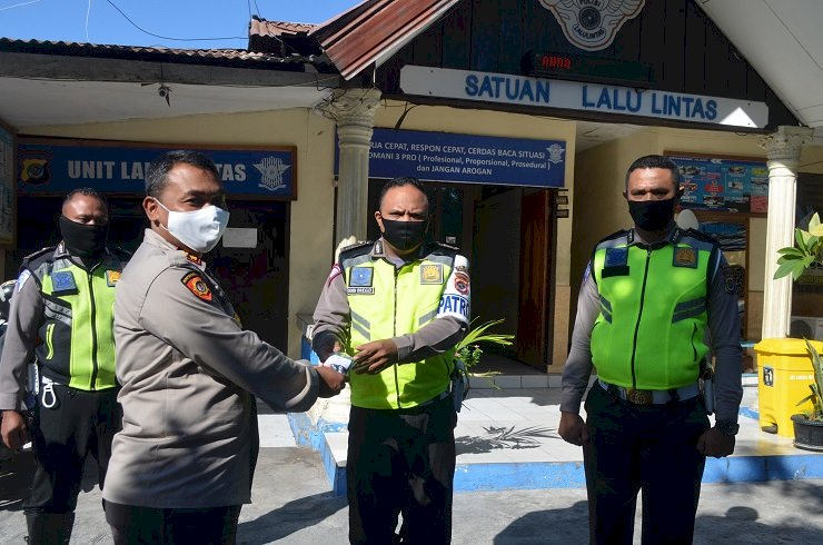 Bhayangkari Peduli Covid-19, Berikan Bantuan Masker Dan Suplemen Kepada Personil Polres Sikka