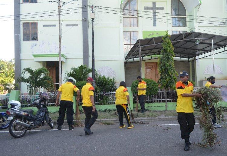 Peringati Hari Bhayangkara Ke-74, Polres Sikka Kerja Bakti Bersihkan Tempat Ibadah