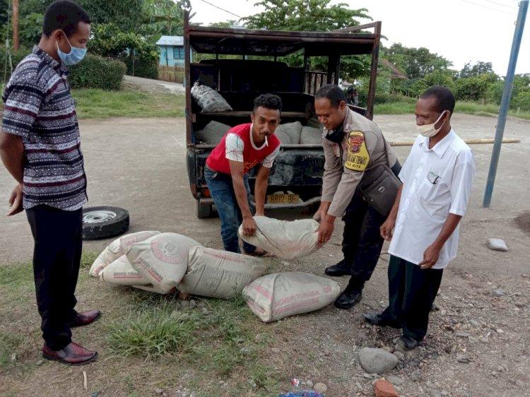Sambut Hari Bhayangkara, Bhabinkamtibmas Desa Riit Sumbangkan Semen Untuk Pembangunan Kapela