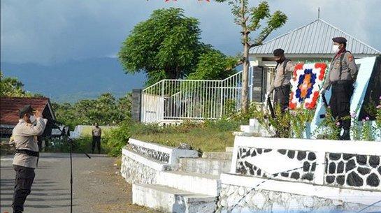 Sambut Hari Bhayangkara ke-74, Kapolres Sikka Pimpin Upacara Ziarah di TMP Iligetang