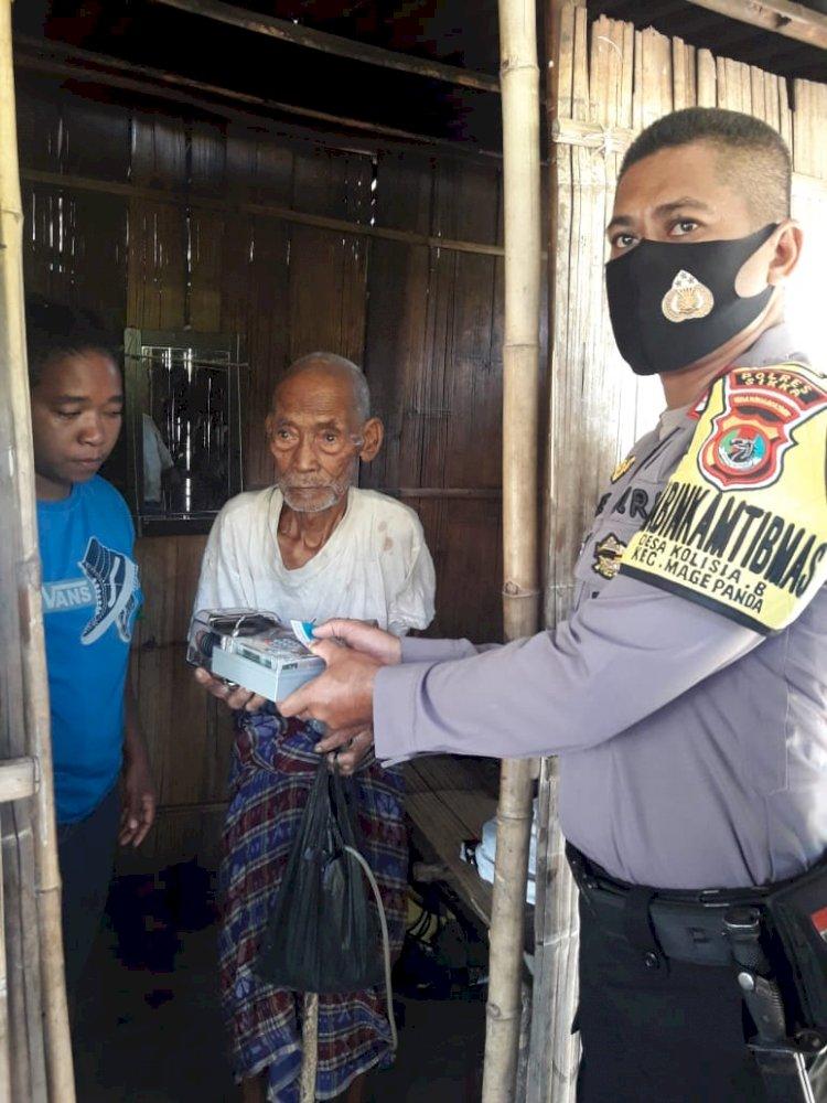 Kakek Bernadus Nago Menerima Bantuan Meteran Listrik Dari Bripka Yance, Bhabinkamtibmas Desa Kolisia B