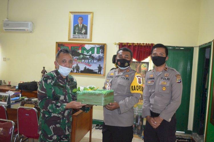 Polres Sikka Berikan Kejutan Hari Ulang Tahun TNI Ke Dandim 1603 Sikka Dan Lanal Maumere