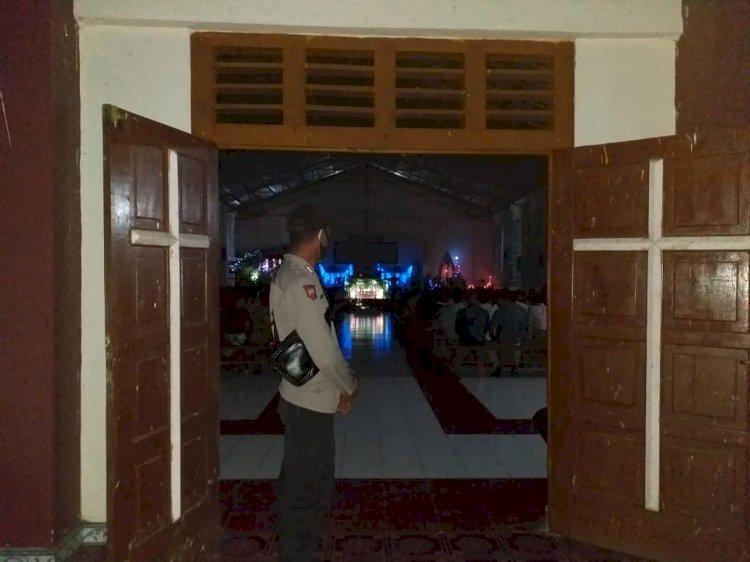 Polres Sikka Dan Polsek Jajaran Mengamankan Ibadah Misa Malam Natal Di Sejumlah Gereja Di Kab. Sikka