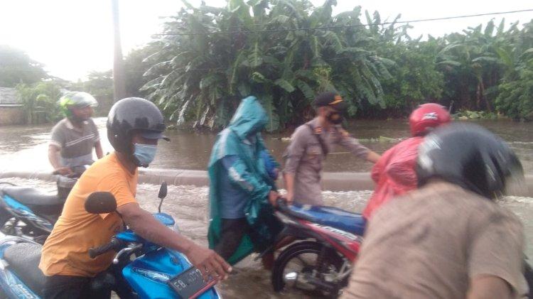 Kapolsek Alok Turun Langsung Bersama Personilnya Bantu Warga Saat Banjir Di Kel. Wolomarang