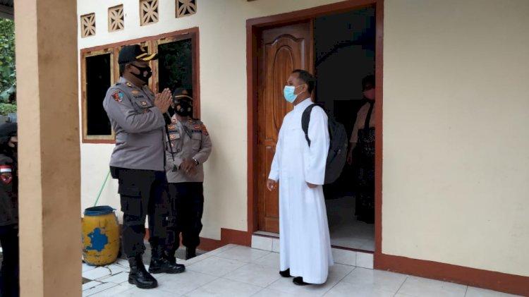 Kapolres Sikka Pantau Langsung Pengamanan Dan Jalannya Misa Hari Raya Paskah Di Gereja St. Mikael Nita