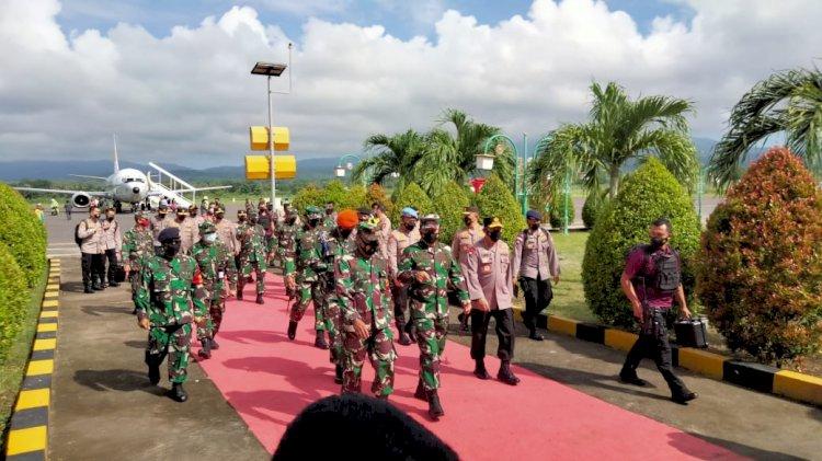Kapolri Dan Panglima TNI Tiba Di Bandara Frans Seda Maumere