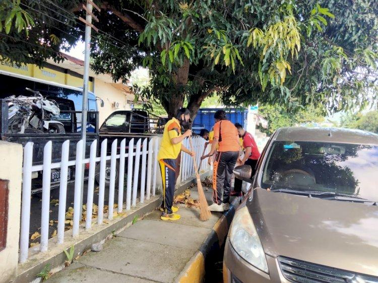 Jumat Bersih, Wakapolres Sikka Pimpin Langsung Personil Laksanakan Kerja Bakti Di Depan Mako