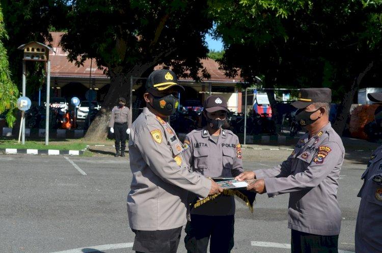 Kapolres Sikka Beri Penghargaan Kepada 8 Personilnya Atas Dedikasinya Dalam Pelaksanaan Tugas Sebagai Anggota Polri