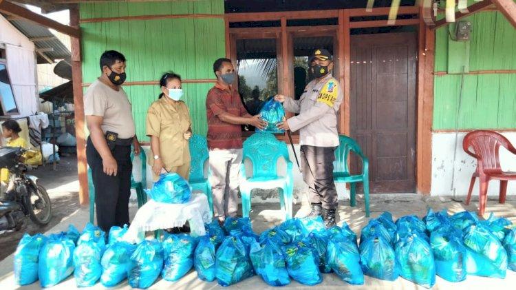 Peduli Sesama, Kapolres Berikan Bantuan Sembako Kepada Korban Bencana Badai Rob Di Kel. Kota Uneng