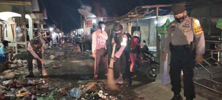 Anggota Polres Sikka Melaksanakan Kerja Bakti Pembersihan Sampah Akibat Banjir Rob di Kelurahan Wuring