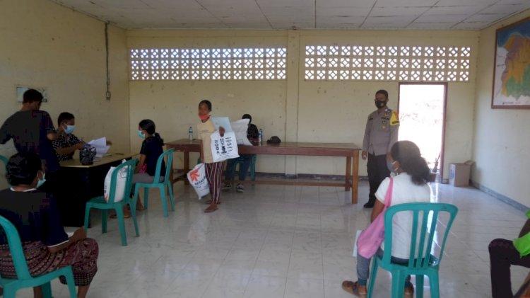 Pembagian Bansos Dari Bulog, Bhabinkamtibmas Desa Kolisia Lakukan Pengamanan