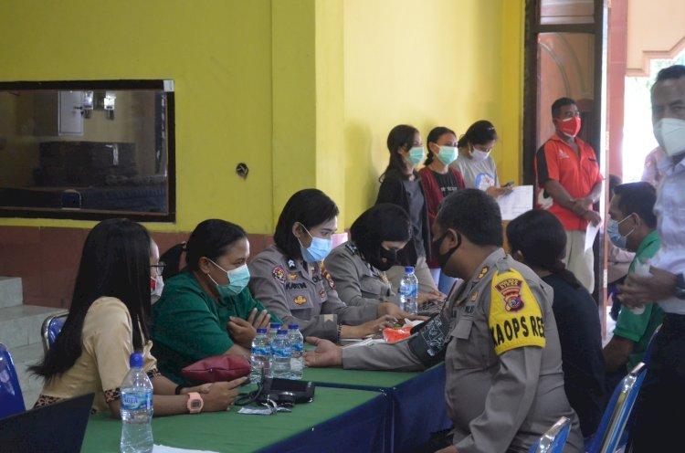 Sambut Hari Jadi Polwan ke-73, Polwan Polres Sikka Terlibat Langsung Dalam Vaksinasi Massal Di Gerai Vaksin TNI-Polri Polres Sikka
