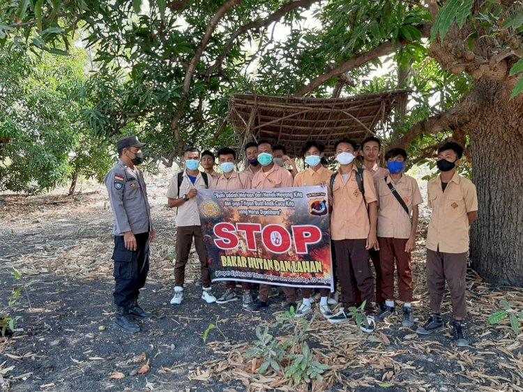 Cegah Karhutla, Anggota Bhabinkamtibmas Desa Pamana Aiptu Abdul Hamid Ramli Sosialisasi Larangan Karhutla Kepada Pelajar dan Masyarakat Menggunakan Sepanduk