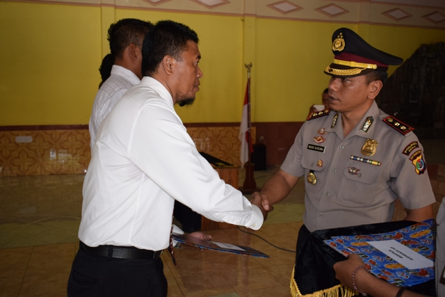 Ukir Prestasi, 6 Personil Polres Sikka Terima Penghargaan
