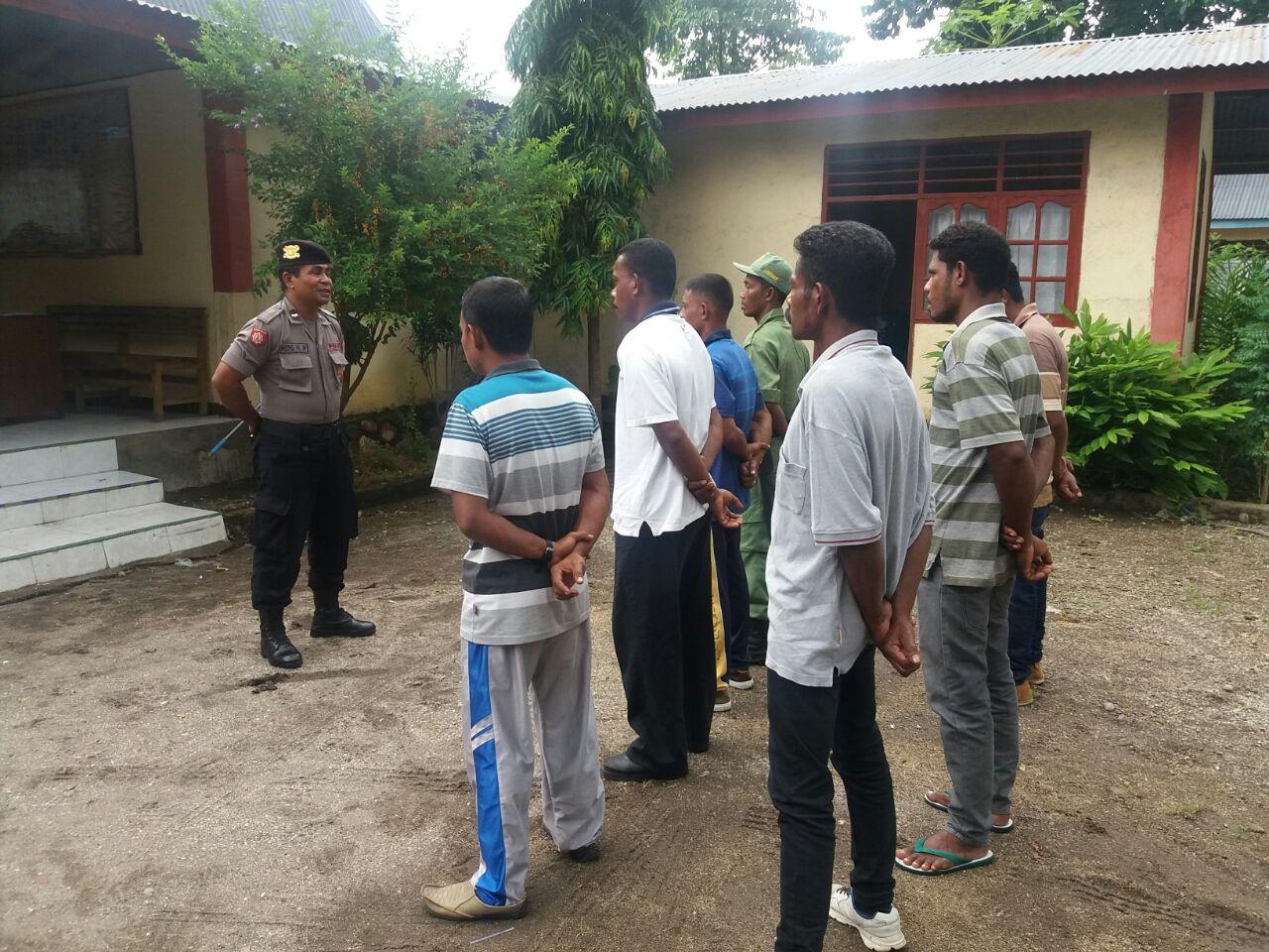 Polsek Waigete Latih Personil Linmas Jelang Pengamanan Pilkada Serentak 2018 di Sikka