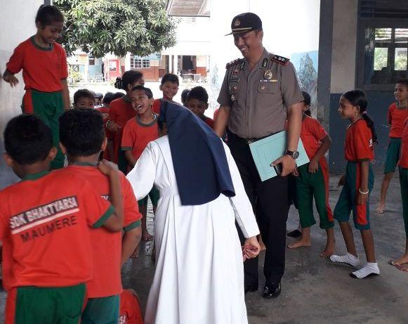 Polisi Sahabat Anak : Senyum Manis Kapolres Sikka Menyapa Anak-anak Murid di SDK Bhaktyarsa Maumere